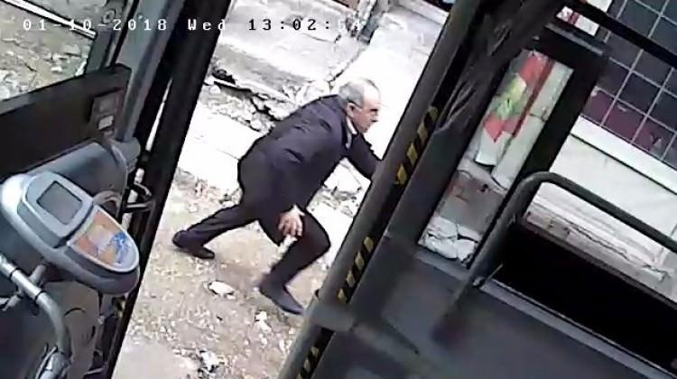 Halk otobüsünü çaldı, yakalanacağını anlayınca...