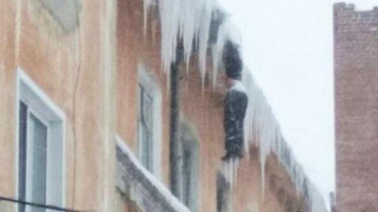 Binanın tepesinde donarak öldü