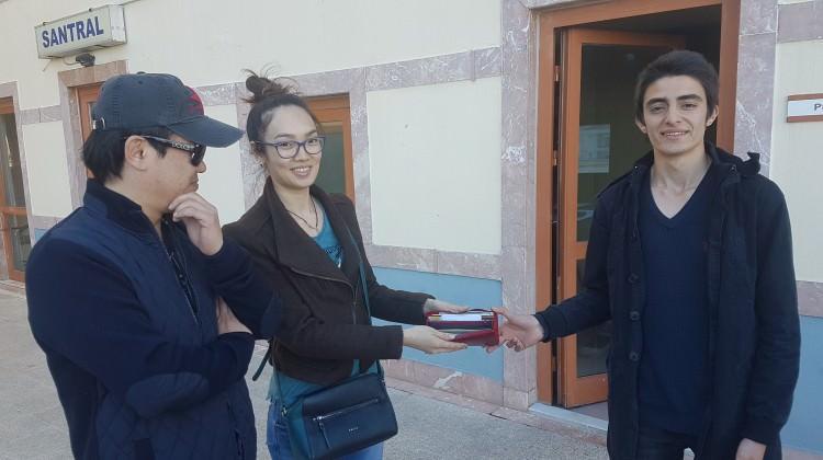 Minibüste buldu, Özbek turistlere teslim etti