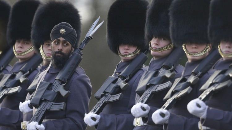 Askeri törende dikkatlerden kaçmayan kare!
