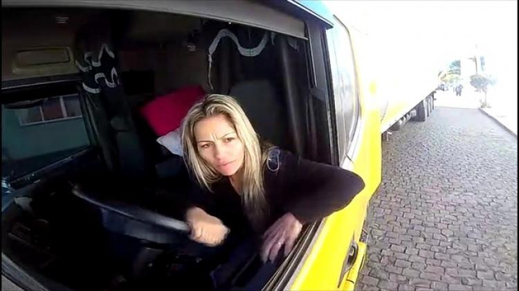 Kadın TIR şoförü erkek şoförlere adeta ders verdi!