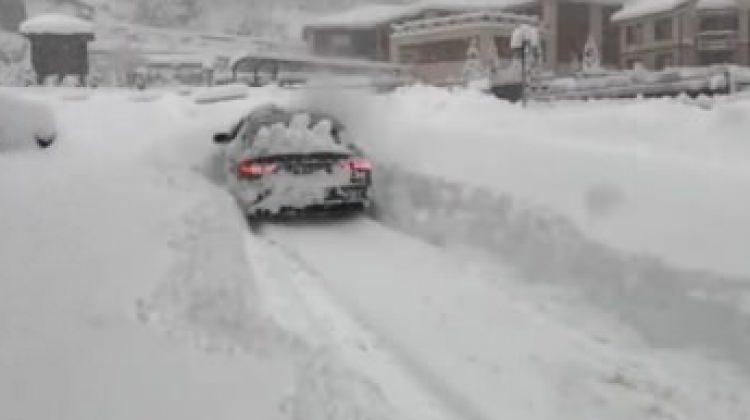 Kar küreme aracı gibi giden Audi!