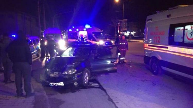 Kavşakta iki otomobil çarpıştı: 7 yaralı