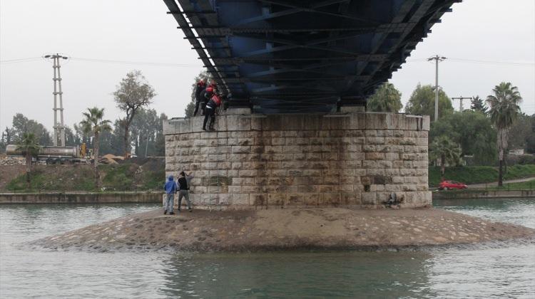 Nehrin ortasında mahsur kalan 3 çocuk kurtarıldı