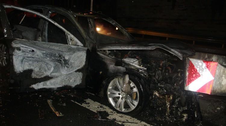 Kaza yapan lüks araç yandı
