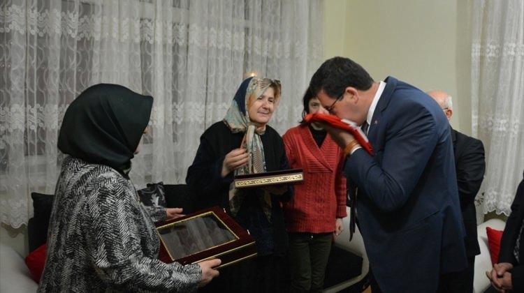 Bakan Yılmaz'dan Afrin şehidinin ailesine Türk bayrağı ve Kur'an
