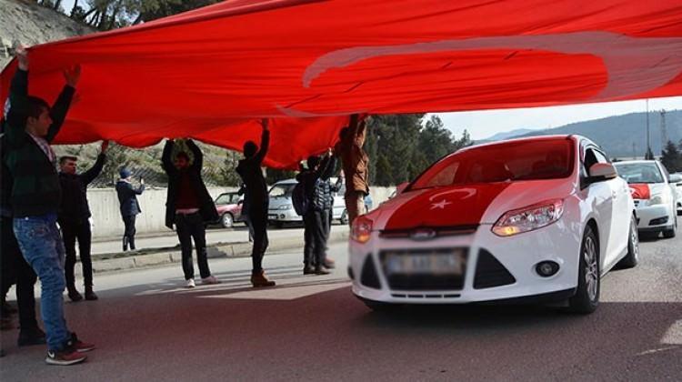 Afrin gazisi Türk bayraklarıyla karşılandı