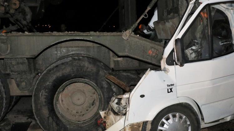 Park halindeki askeri tıra minibüs çarptı: 4 ölü