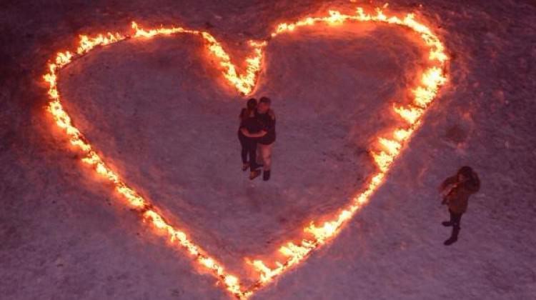 Sevgiliye zirvede ateşten kalp