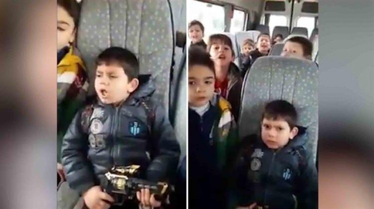 Minik yiğitlerden okul servisinde komando marşı!