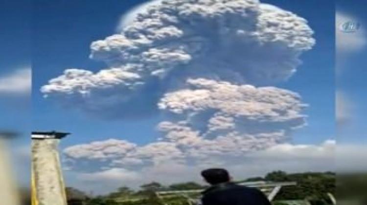 Sinabung Yanardağı kül püskürtmeye başladı