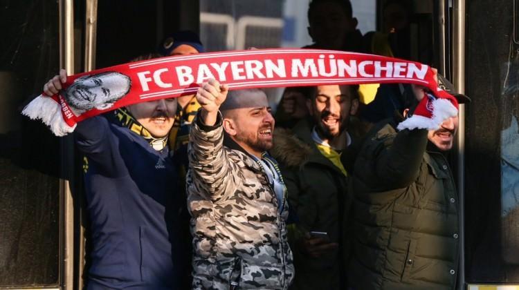 F.Bahçeli taraftarlardan Bayern Münih atkısı