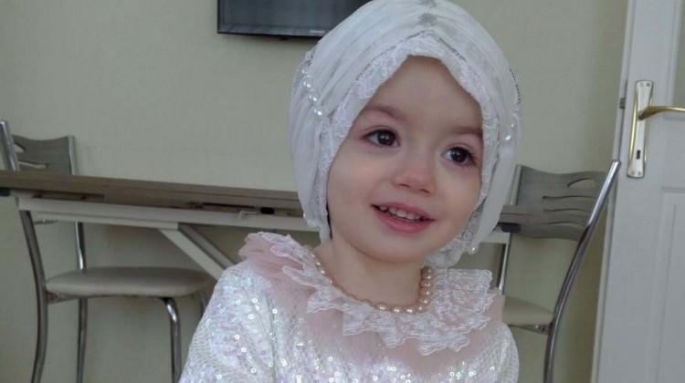 2,5 yaşındaki kız İstiklal Marşı'nı ezbere okuyor