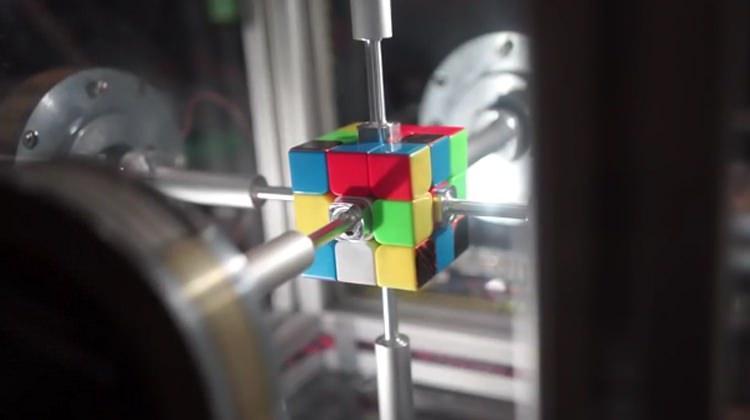 Rubik küpü sadece 0.38 saniyede çözen robot