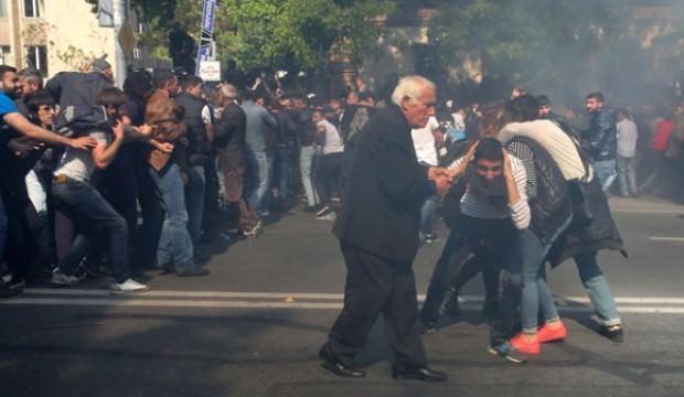 Ermenistan karıştı! Parlamento abluka altında