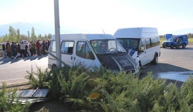 İki minibüs çarpıştı: Çok sayıda yaralı