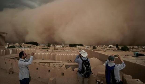 İran'da kum fırtınası şehri yuttu