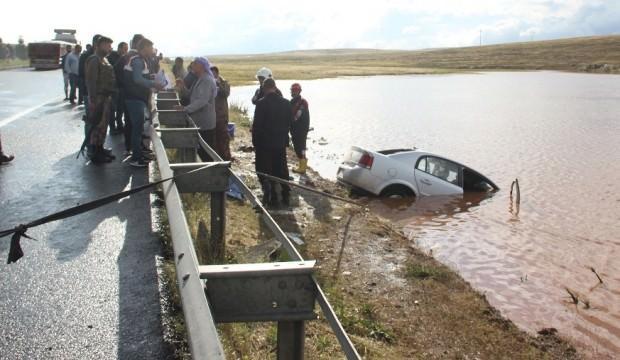 Su dolu çukura otomobil devrildi: 4 ölü, 3 yaralı