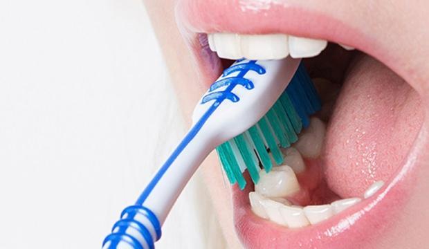 Diş fırçalamak orucu bozar mı? Oruçlu iken diş fırçalamanın fetvası...