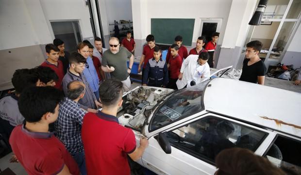 Gençlerin arabasını test ediş yöntemler şaşırttı