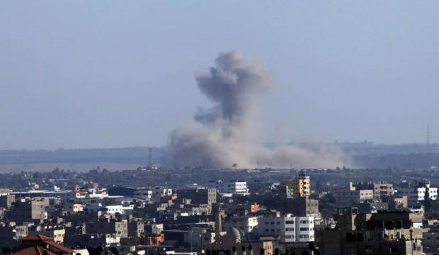 İşgalci İsrail Hamas'a ait askeri noktaları vurdu