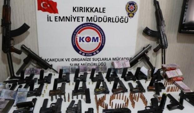 Satmaya getirdiği 30 silahla yakalandı