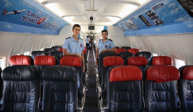 Lise bahçesindeki yolcu uçağı açılışa hazır
