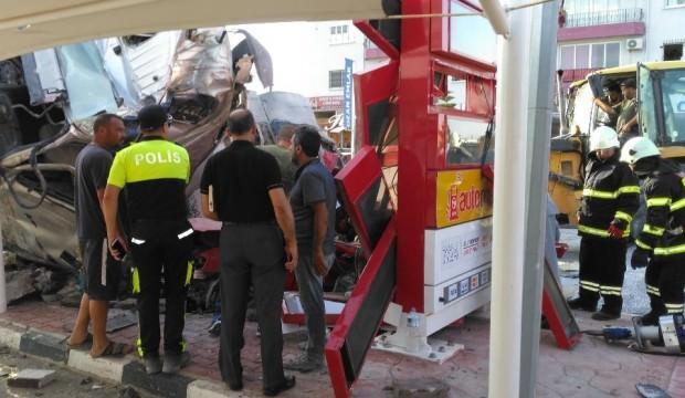 KKTC'de kum yüklü tır devrildi: 2 ölü