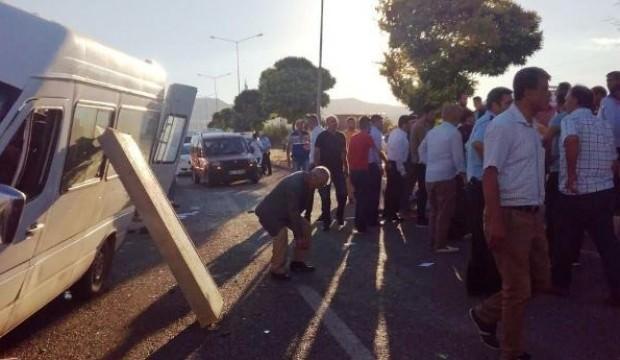 Düğüne giden minibüs devrildi: 11 yaralı