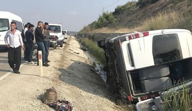 Adana'da otomobil ile minibüs çarpıştı: 16 yaralı