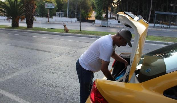 Taksici her gün bagajından çıkarıp bunu yapıyor