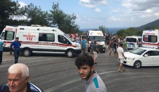 Midibüs uçuruma yuvarlandı: 2 ölü, 21 yaralı