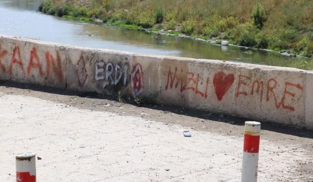 Tarihi köprüdeki aşk sözleri muhtarı isyan ettirdi