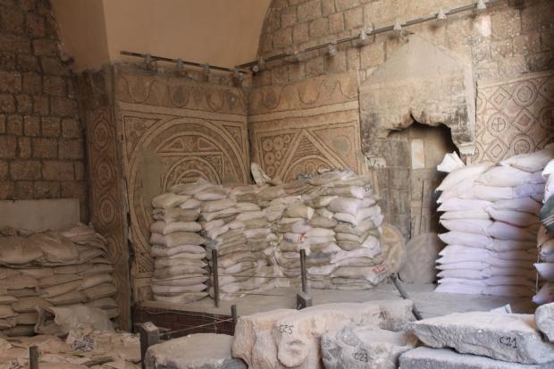 Halk mozaikleri korumak için çuvallarla barikat ördü.
