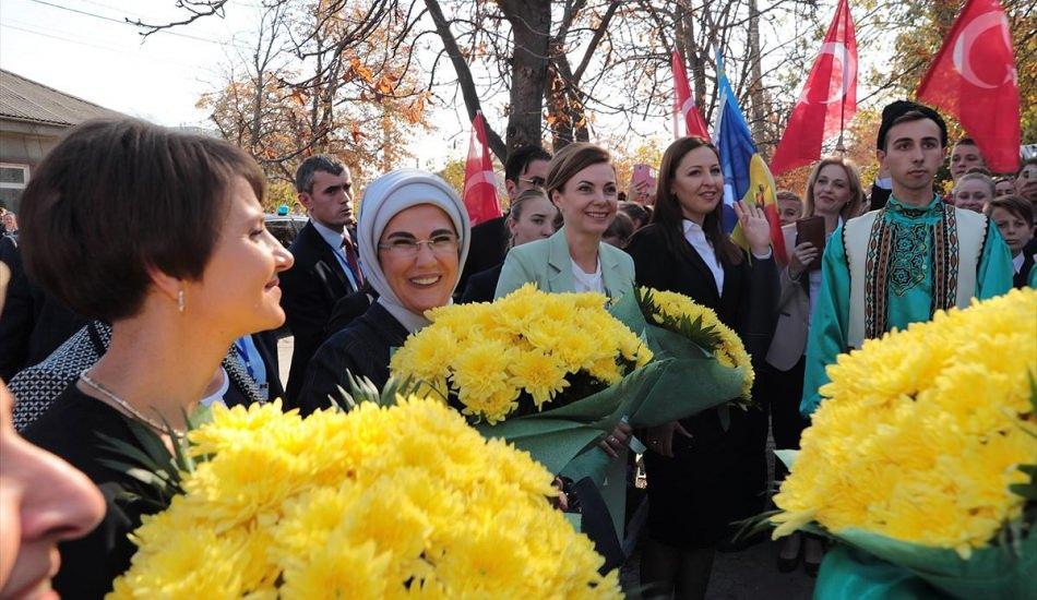 Emine Erdoğan'a çiçekli karşılama