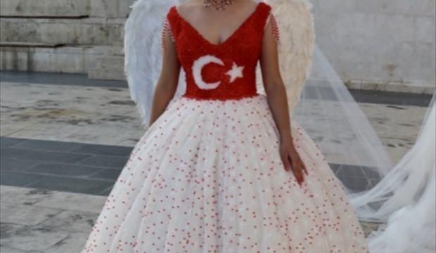 1158c2c216b61 Sivas haberleri Cumhuriyet Bayramı'na özel Türk bayraklı gelinlik ...