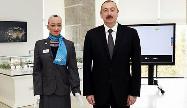 Arabistan vatandaşı robot Sophia'dan bir ilk daha!