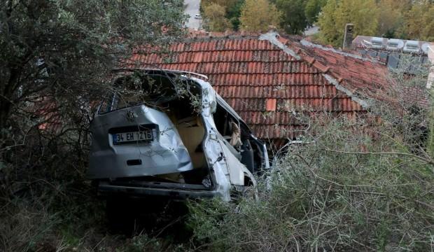 Freni çekilmeyen minibüs evin üstüne düştü