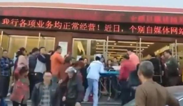 Haberi okuyan Çinliler bankaya koştu