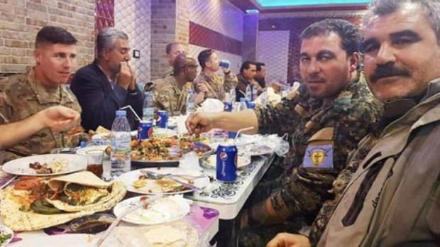 ABD ordusunun üst düzey komutanları ve terör örgütünün PKK'nın Suriye kolu YPG'nin oluşturduğu Suriye Demokratik Güçleri (SDG), ABD Gaziler Günü'nü birlikte kutlamış yenilen yemeğin görüntülerini de örgütün elebaşı sosyal medya hesabından paylaşmıştı.