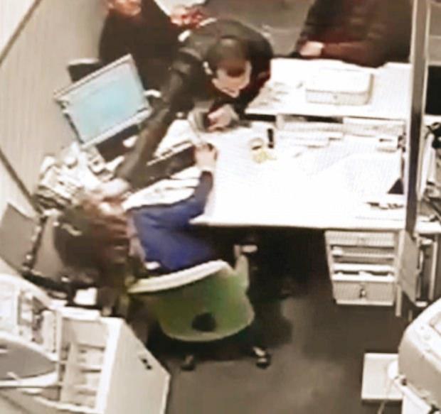 """Van'da 'Burası Kürdistan"""" diye bağırdığı için gözaltına alındığını iddia eden şahsın, sloganlar atarak bankadaki kadın görevliye durduk yere yumrukla saldırdığı görülüyor."""