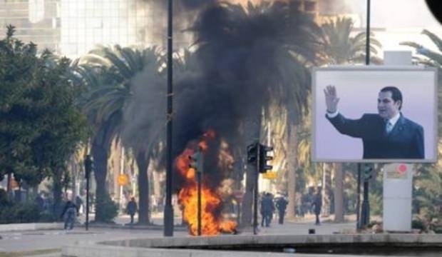Tunus'ta gazeteci kendini yaktı! Çatışma yaşandı