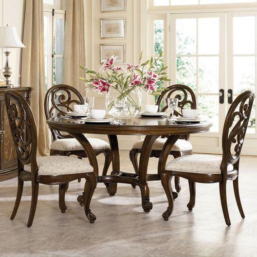 Klasik bir akşam yemeği masası