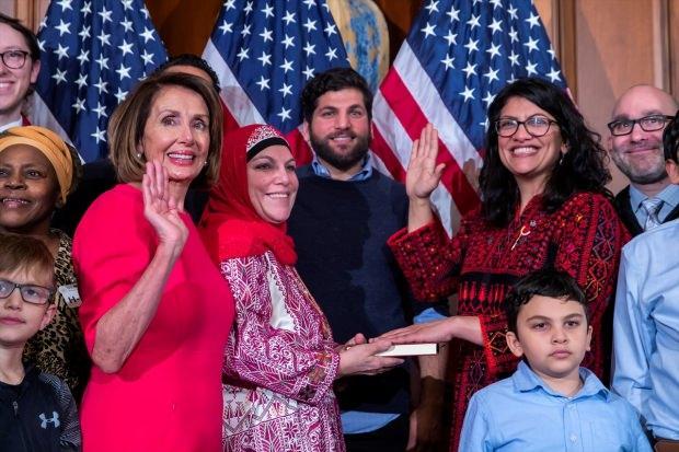 ABD'li kongre üyeleri Kur'an'a el basarak yemin etti…