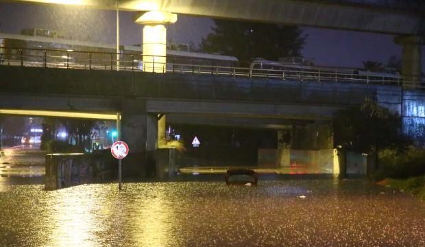 İzmir'de CHP farkı! Araçlar sular altında kaldı