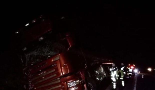Su kanalına devrilen TIR'ın sürücüsü yaralandı