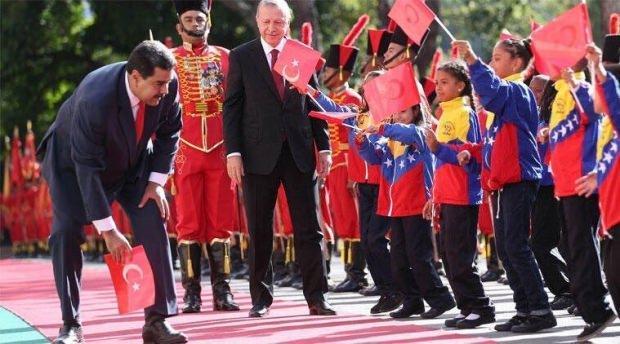 Erdoğan'ın Venezuela ziyareti sırasında tören alanında bir çocuk Türk Bayrağını elinden düşürmüş, Maduro da bayrağı yerden kaldırmıştı.