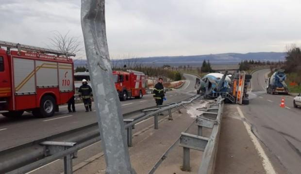 Bariyerlere çarpan beton mikseri devrildi