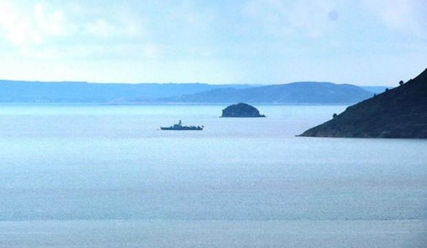 2 savaş gemisi bir sahil güvenlik botu Kardak'ta