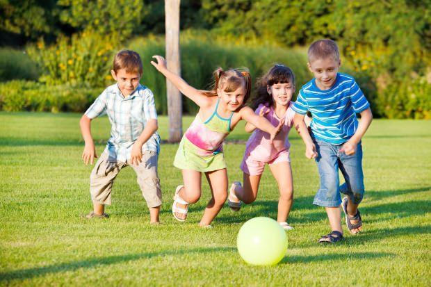 top oynayan çocuklar